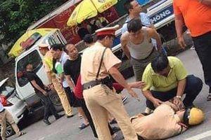 Thanh niên xăm trổ tông gục CSGT trên QL32 bị khởi tố, bắt tạm giam 2 tháng