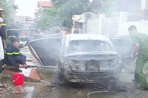 Bị rơm phơi trên đường quấn vào gầm, xe ô tô bốc cháy dữ dội