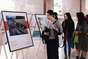 Triển lãm ảnh 'Cảm nhận không khí' qua các trường đại học
