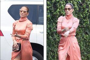 Jennifer Lopez điệu đà với đầm xẻ khi đi dự lễ tốt nghiệp của con gái