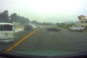 Xe bán tải lao như tên trên cao tốc gây tại nạn liên hoàn