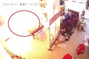 Clip: Pin xe đạp điện nổ như bom khi đang sạc trong nhà