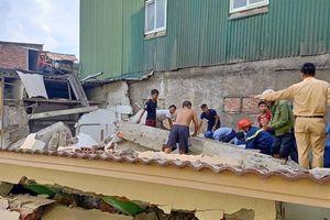 Nhà đang phá dỡ bất ngờ đổ sập, ít nhất một người bị vùi lấp ở Hà Tĩnh