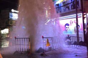 Vụ cống phun nước như 'vòi rồng' trên phố Sài Gòn: Do nhân viên xúc xả để làm sạch ống nước