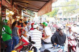 Trời nắng như đổ lửa, người Sài Gòn xếp hàng rồng rắn mua heo, vịt quay để ăn Tết Đoan Ngọ