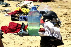 Hàng nghìn người ra bãi biển Quy Nhơn tắm 'Tết Đoan Ngọ'