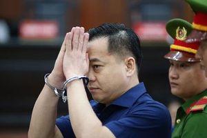 CLIP: Vũ 'nhôm' tỏ ra bực bội khi gặp luật sư lúc tòa chuẩn bị tuyên án