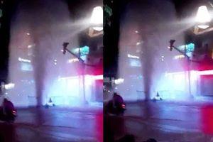 Hốt hoảng với 'vòi rồng' phun nước giữa phố Sài Gòn