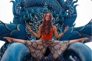 Tạo dáng phản cảm ở đền thiêng, nữ du khách bị phản ứng dữ dội
