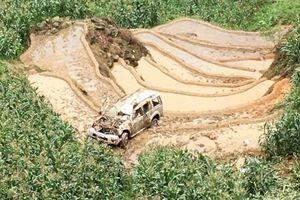 Ô tô 7 chỗ lao xuống vực sâu 200 m, 3 người bị thương