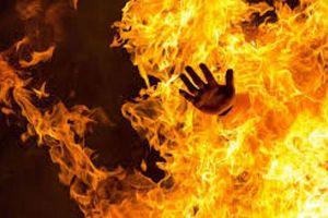 Kinh hoàng vợ tưới xăng đốt chồng ở Long An