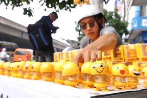 Chàng trai bán lò xo mặt cười ở vỉa hè, thu lời 5 triệu một ngày
