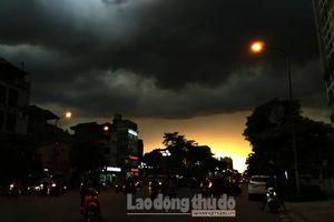 Hà Nội: Bầu trời kỳ lạ trước cơn giông