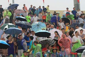 Đội mưa lớn, hàng nghìn cổ động viên lấp đầy SVĐ Phú Thọ cổ vũ cho U23 Việt Nam