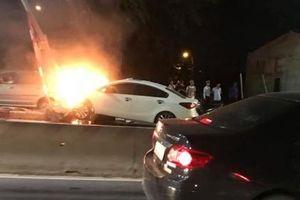 Hải Phòng: Kia Cerato đâm vào cột đèn giao thông, bốc cháy dữ dội