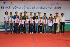 3.000 mũ bảo hiểm đạt chuẩn được trao cho học sinh Yên Bái