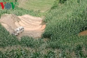 Ô tô 7 chỗ lao xuống vực sâu sau va chạm trên đèo đi Sa Pa