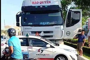 Xe container tông taxi trượt xa hàng chục mét ở Đà Nẵng