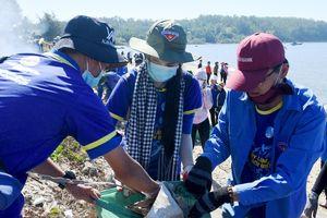 2.000 bạn trẻ chung tay làm sạch bờ biển Quảng Ngãi