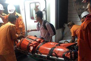 Cấp cứu khẩn cấp thuyền viên bị tai nạn sốc mất máu, bất tỉnh