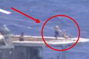 Thủy thủ Nga bình thản tắm nắng khi tàu hạm Nga, Mỹ suýt đâm nhau