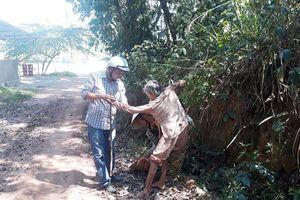 Chuyện tử tế: Phóng viên giúp cụ bà say nắng qua hiểm nguy