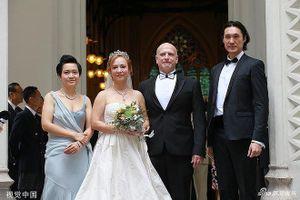 Showbiz 8/6: 'Tiểu Long Nữ' gốc Việt cưới tỷ phú Hong Kong ở tuổi 55