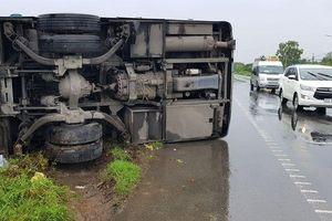 Sóc Trăng: Xe khách bị lật trong mưa, hành khách hoảng loạn
