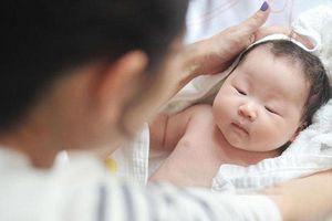 Sai lầm khi hạ sốt của bố mẹ khiến bé trai 8 tháng tuổi chết não