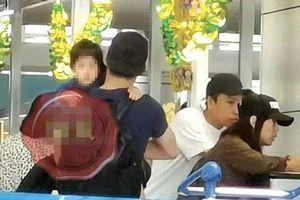 Con gái 2 tuổi của Lâm Tâm Như và Hoắc Kiến Hoa lần đầu tiên lộ diện, được bố chiều chuộng chăm sóc tại sân bay
