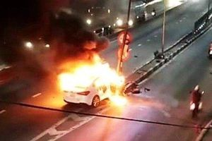 Hải Phòng: Ô tô bốc cháy ngùn ngụt sau cú đâm kinh hoàng vào trụ đèn đỏ