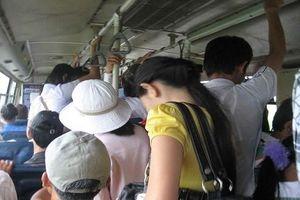 Bị sờ soạng trên xe buýt: Cần phản ứng ra sao?