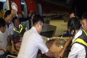 Máy bay xuyên đêm cấp cứu hai ngư dân ở Trường Sa
