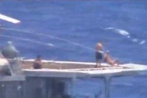 Thủy thủ Nga tắm nắng giữa lúc tàu Nga suýt va tàu Mỹ