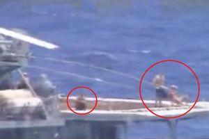 Thủy thủ Nga ung dung tắm nắng lúc tàu khu trục suýt đâm tàu chiến Mỹ