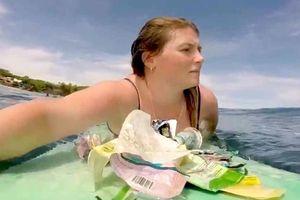 Nữ du khách lướt ván thu gom rác thải nhựa trên biển Bali