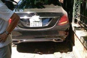 Nữ tài xế lái Mercedes đâm cụ bà đi xe đạp gãy chân, đâm đổ cột hàng rào