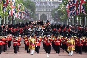Hoành tráng lễ diễu hành mừng sinh nhật thứ 93 của Nữ hoàng Anh