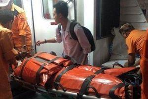 Ngư dân bị tai nạn lao động nguy kịch ngoài khơi được đưa vào bờ cấp cứu kịp thời