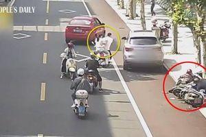 Tài xế quên kéo phanh tay, ô tô trôi tự do tông người đi xe máy