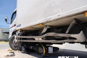 Xe máy đâm vào xe tải đang chuyển hướng làm 4 người trọng thương