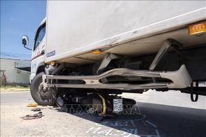 Xe máy chở 4 rúc gầm xe tải, cả 4 thanh niên trọng thương