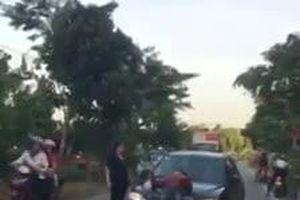 Nam thanh niên bất ngờ chặn đầu ô tô, 'tạo dáng' uốn éo trên nắp capo