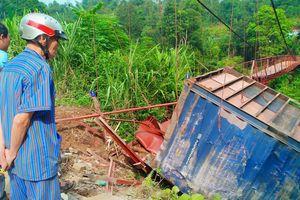 Cầu treo hư hỏng nặng do xe container lật trúng