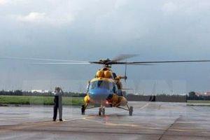 Điều trực thăng đón 2 bệnh nhân ở Đảo Phan Vinh về bờ cấp cứu