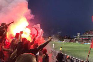 Cổ động viên Ukraine đốt sân mừng đội nhà trụ hạng