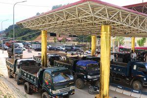 Dân chặn hết 6 làn xe, trạm thu phí BOT Hòa Lạc - Hòa Bình tê liệt