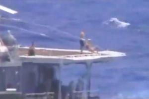 Thủy thủ Nga vẫn thảnh thơi tắm nắng khi tàu chiến Mỹ lao đến