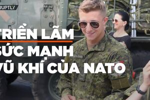 Trẻ em Latvia thích thú sờ tận tay vũ khí NATO