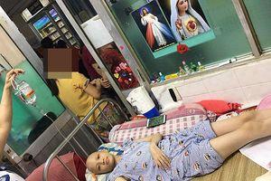 Mẹ giàn giụa nước mắt cho con nghỉ học nhập viện cứu mạng